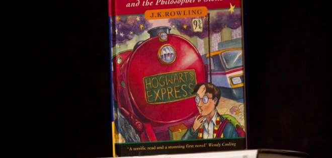 """Una copia de la primera edición del primer libro de la serie de Harry Potter, titulado """"Harry Potter y la piedra filosofal"""". AP"""