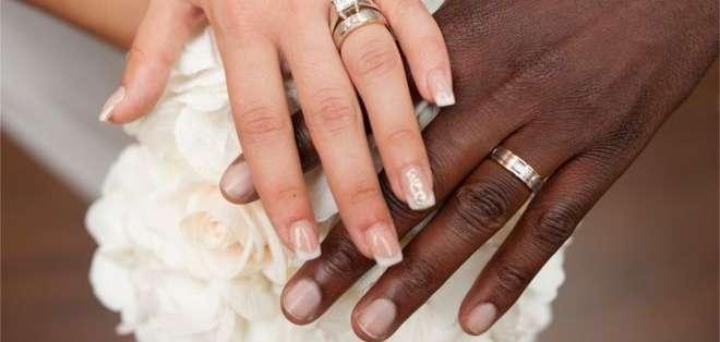 """Una pareja interracial estadounidense vio cómo un salón de fiestas rechazó celebrar su boda por """"creencias cristianas""""."""