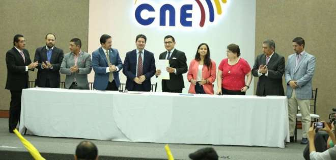 QUITO, Ecuador.- El movimiento Ahora recibió del CNE los formularios para recoger firmas. Foto: Twitter