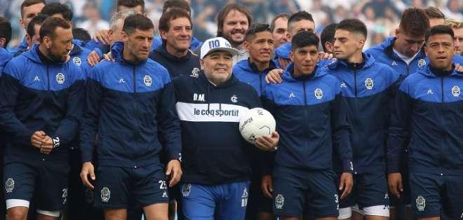 Maradona junto a los jugadores del club. Foto: Twitter Gimnasia.