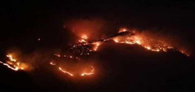 Bomberos de 3 provincias del país continúan luchando contra las llamas. Foto:Twitter  Jeannine Cruz