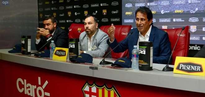 El vicepresidente de Barcelona (c.) no confirmó su candidatura a la reelección. Foto: API
