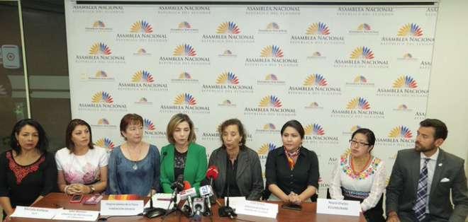 Ximena Peña (tercera de izq. a der.), presidenta de la Comisión de Justicia, se reunió con organizaciones. Foto: Asamblea.