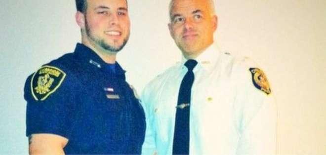 Dave Betz y su hijo David. El suicidio dentro de los uniformados de la policía ha crecido en los últimos años en EE.UU.