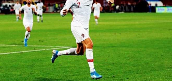 El portugués festejando un gol con su país.