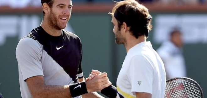 Del Potro y Federer saludan después de un partido.
