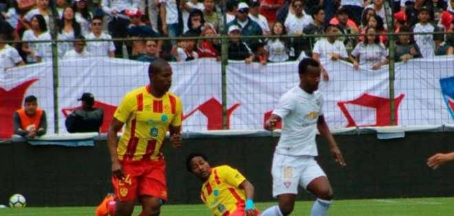 Partido entre Liga y Aucas jugado en el Rodrigo Paz Delgado.
