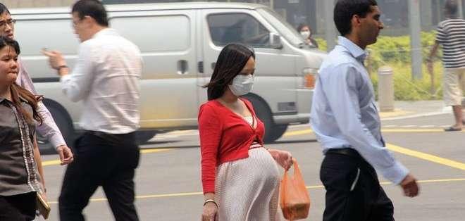 Las mujeres embarazadas deben tratar de evitar las calles de mayor tráfico, dicen los científicos.