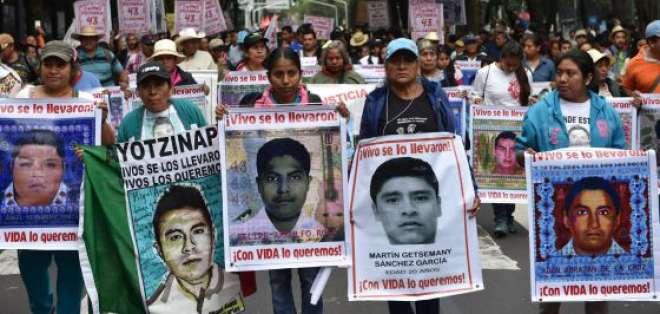 Padres de los estudiantes desaparecidos en una protesta. Foto: AFP