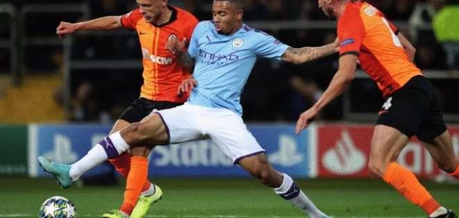 Gabriel del City en la disputa del balón. Foto: Twitter M. City.