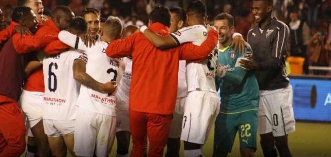 Los 'albos' vencieron 4-2 en penales a Aucas para clasificar. Foto: Tomada de @LDU_Oficial