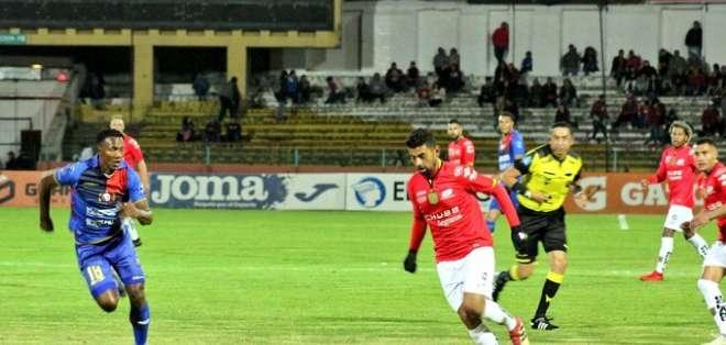 Escalada conduce el balón en un partido ante Olmedo. Foto: Twitter D.Cuenca.