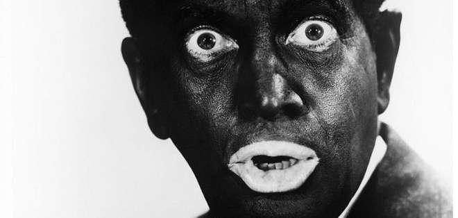 """El cantante estadounidense Al Jolson (1896 - 1950) usaba maquillaje """"blackface"""" en los años 30."""
