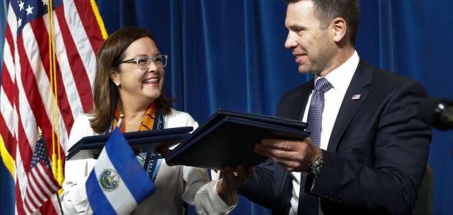 La canciller de El Salvador, Alexandra Hill, junto al secretario interino de Seguridad Nacional de EEUU, Kevin McAleenan. AP