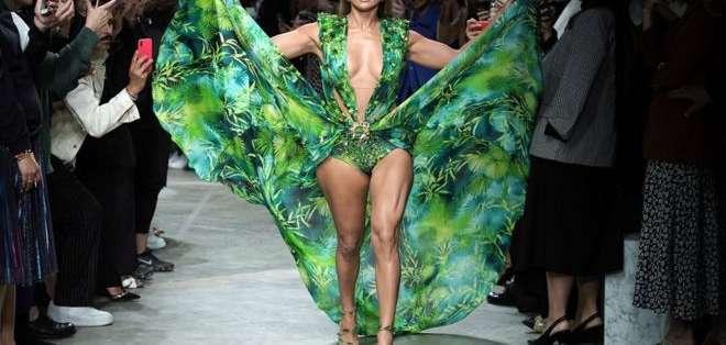 Jennifer Lopez cerró el desfile de Versace S/S 2020 con una versión actualizada del emblemático vestido que presentó en el 2000.