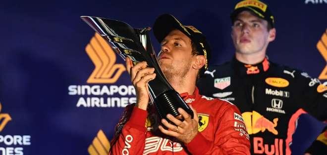 El piloto alemán inició la carrera desde el tercer lugar y superó a Hamilton y Leclerc. Foto: MOHD RASFAN / AFP