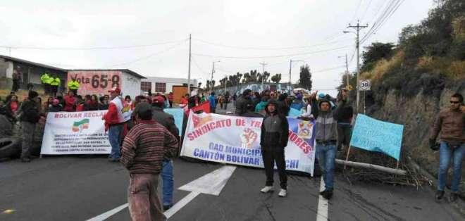 CARCHI, Ecuador.- Transportistas de la zona se toman las carreteras y anuncian una medida indefinida. Foto: Paola Andrade