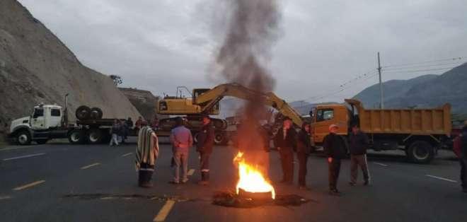 CARCHI, Ecuador.- Los carchenses refuerzan el bloqueo de vías, específicamente el acceso por Mascarilla. Foto: Paola Andrade