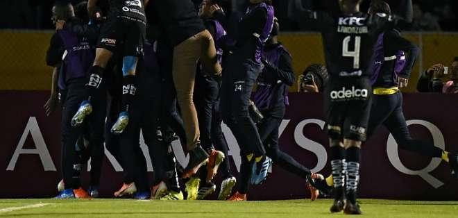 Jugadores de IDV festejan en el Atahualpa. Foto: Twitter Asunción 2019.