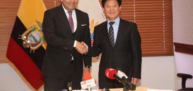 Litardo estuvo acompañado del embajador chino, Chen Guoyou. Foto: API