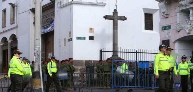 Fuerte contingente policial y miliar afuera de Carondelet. Foto: API
