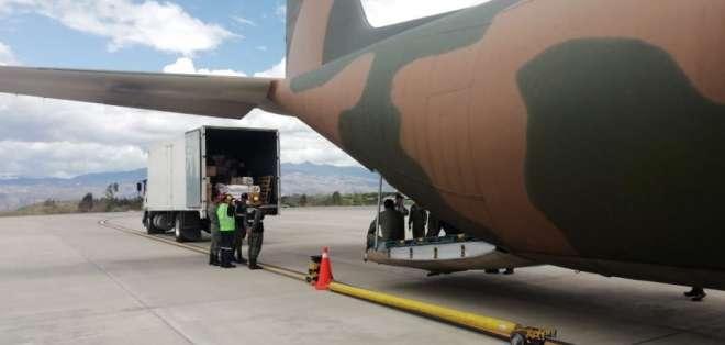 Se hizo un puente aéreo para abastecer de productos de primera necesidad a la capital azuaya. Foto: Tomada de @DefensaEc