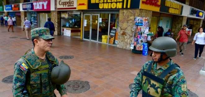 Militares resguardan las calles de Guayaquil ante posibles manifestaciones y saqueos.  Foto: API