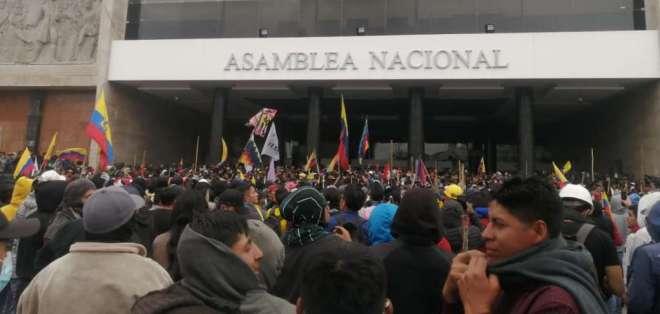 """Los manifestantes portan banderas y escudos de madera con la leyenda """"guardia indígena"""". Foto: API"""
