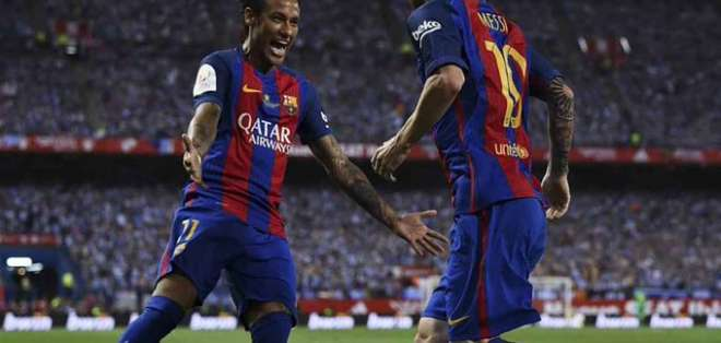 Neymar junto a Messi en un duelo del FC Barcelona.