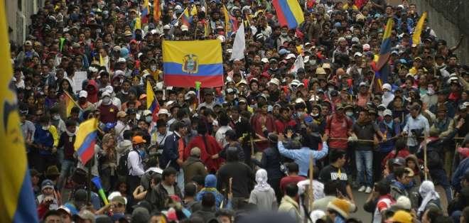 Indígenas y gremios de trabajadores llegan al centro de Quito. Foto: AFP
