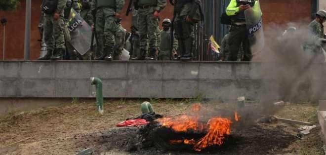 El edificio legislativo es custodiado por la Policía Nacional y Fuerzas Armadas. Foto: API