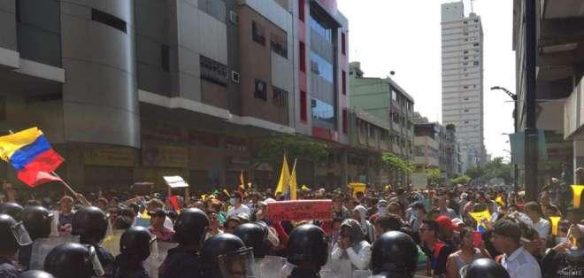 Se desarrollan la marcha por la paz y otra que protesta contra medidas de Moreno. Foto: Franklin Navarro / Ecuavisa