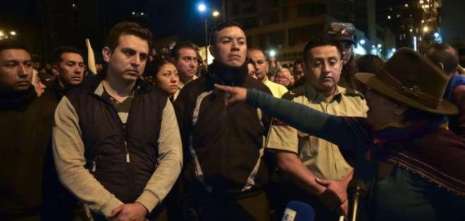 Momento en que indígenas entregan a los policías la noche del jueves 10 de octubre de 2019. Foto: AFP