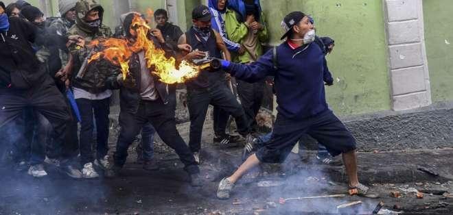 QUITO, Ecuador.- Decenas de personas se enfrentaron contra la Policía este 9 de octubre. Foto: AFP