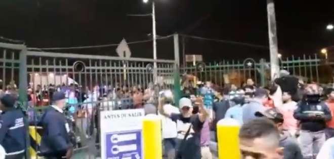 GUAYAQUIL, Ecuador.- Decenas de trabajadores del mercado se agolparon en el cerramiento. Foto: Captura de video.