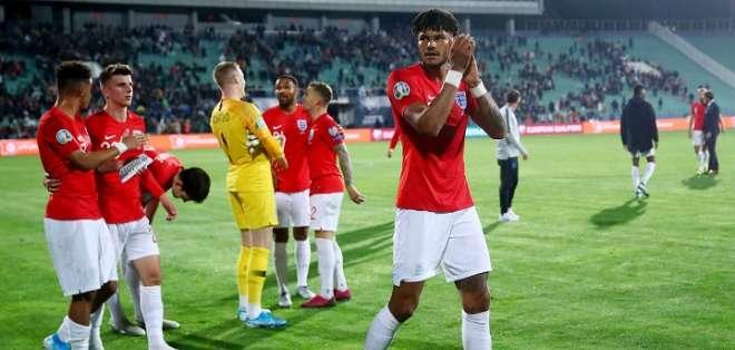 Jugadores de Inglaterra festejando su victoria. Foto: Twitter Inglaterra.