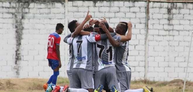 Jugadores del Patria celebran un gol.