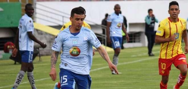 Mario Rizotto conduce el balón ante Aucas. Foto: Twitter Macará.
