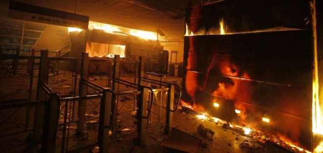 Mandatario tomó la medida tras jornada de disturbios. Foto: AFP