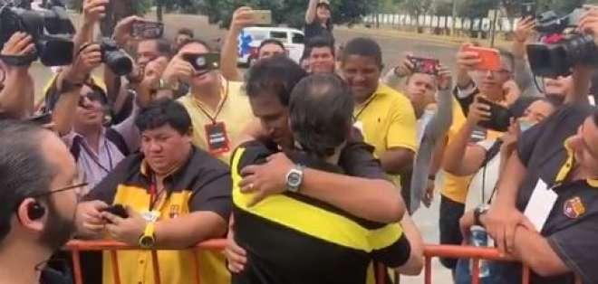 Momento del abrazo entre los candidatos.