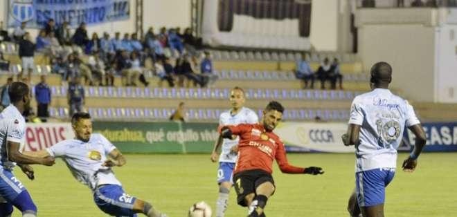 Luis Miguel Escalada de Deportivo Cuenca remata al arco de Macará. Foto: API.