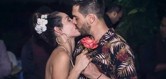 Carmen Villalobos junto a su esposo Sebastián Caicedo.