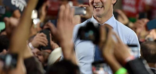Los últimos sondeos dan a los liberales de Trudeau (centro) entre 31% y 34% de intención de voto. Foto: AFP
