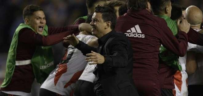Marcelo Gallardo, DT de River, festeja con sus jugadores. Foto: Libertadores.