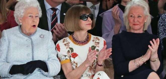 La modista de la reina, Angela Kelly (la primera a la derecha) y la monarca tienen un interés compartido en modas.