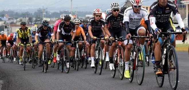 Ciclistas en competencia durante una edición de la Vuelta Ciclística.