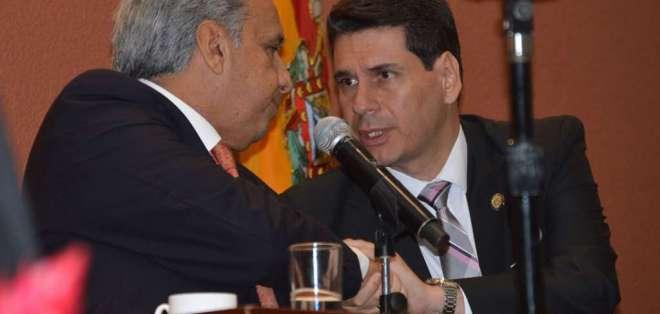 El presidente Lenín Moreno y el alcalde de Cuenca, Pedro Palacios, durante la sesión solemne en la capital azuaya. Foto: API