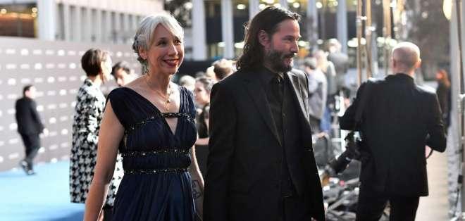 Keanu Reeves aparece en público con su novia. Foto: AFP