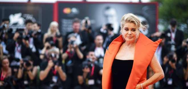 """En esta foto del 28 de agosto del 2019, Catherine Deneuve posa al llegar al estreno de """"The Truth"""" en Venecia. Foto: AP"""