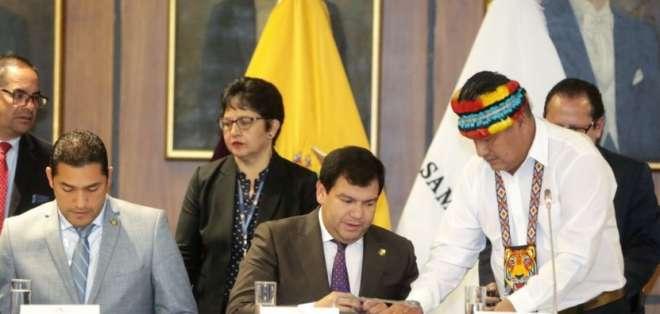 QUITO, Ecuador.- César Litardo, presidente de la Asamblea recibe el documento de Jaime Vargas, presidente de la Conaie.